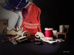 EL SASTRECILLO VALIENTE (M. del Pilar) Tags: chair story thimble silla button botones tapemeasure tijeras utensilios dedal cintametrica sewingscissors elsastrecillovaliente carreteshilo hnosgrimm ilustracioncuento lodefotos seriecuentos reto185eraseunavez tallerdesastre