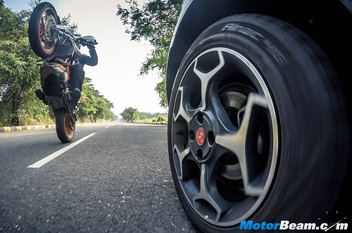 Fiat-Punto-Abarth-vs-KTM-Duke-390-04
