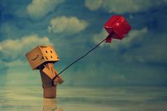 Mit Ecken und Kanten... (fotospoekes) Tags: red rot fly box ballon figur karton danbo kanten revoltech fotospoekes