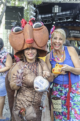 FERNANDA AND THE ROACH / FERNANDA E A BARATA (Arthur Perruci) Tags: brasil nikon carnaval recife pernambuco nordeste previa tamronspaf1750mmf28xrdiiildasphericalif d5000 nikond5000 arthurperruci carnaval2016