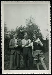 Archiv C814 Drei Jugendliche mit Hundewelpen, 1930er (Hans-Michael Tappen) Tags: men boys 1930s braces outdoor garten mnner lederhose knickerbocker jugendliche hosentrger hundewelpen 1930er fotorahmen archivhansmichaeltappen