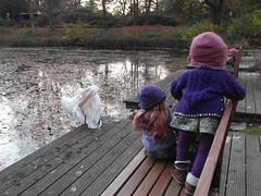 Kindergartenkinder zu Besuch bei Familie Pelikan ... (Kindergartenkinder) Tags: park oktober essen dolls outdoor herbst samsung kind hut pelikan annette personen 2015 milina gruga himstedt kindergartenkinder sanrike