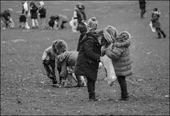 Les deux amies (chando*) Tags: girls brussels monochrome kids children blackwhite noiretblanc bruxelles enfants filles eastereggshunt chasseauxoeufs parcdewoluw