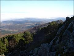 Rocas en la ladera. (margabel2010) Tags: paisajes nubes vistas pinos rocas horizonte montaas piedras valles montes bosques colinas airelibre parquesnaturales abetos moncayo parquenatural solysombra cieloytierra conferas laderas
