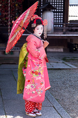 Geisha - full length (irawlinson) Tags: portrait japan umbrella kyoto parasol jp geisha kimono  kyotoprefecture
