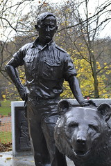 Wojtek - Edinburgh (Globe-trott') Tags: bear man statue scotland edinburgh wojtek