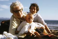 1971-08-06 (dozydotes) Tags: beach granny kinghorn pettycur