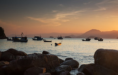Por do sol em Picinguaba, Ubatuba, Brasil (alex saberi) Tags: ocean sunset pordosol sea brazil brasil landscape boats coast mar fishing barco saopaulo ubatuba litoralnorte picinguaba costaverde greencoast worldwidelandscapes