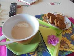 259 (en-ri) Tags: sony biscuits caffelatte tavolo biscotti colazione vassoio telecomando garofano sonysti