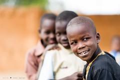 3 amis (DeGust) Tags: africa street portrait niger kid child profile streetphotography scene ne westafrica rue enfant afrique activites ner   niamey   scnes scne  afriquedelouest nikkor85mmf14  tillaberi   nikond3s