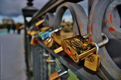 Padlocks on The Bridge of Triana or Isabel II, Seville, Spain (Candados en el Puente de Triana o Isabel II, Sevilla, Espaa) (j_santander74) Tags: bridge espaa canon puente sevilla spain europa europe seville andalucia depthoffield canonrebel andalusia padlocks profundidaddecampo lucchetti puentedetriana cadeados candados vorhngeschlsser puentedeisabelii padlocksoflove isabeliibridge bridgeoftriana cadenats rebelxsi canonrebelxsi450d gustavosteinacher candadosdeamor puentedesevilla ferdinandbernadet