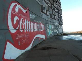 Enjoy communism : des artistes sont passés par là