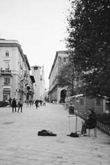 Quattro note e una chitarra... (sirio174 (anche su Lomography)) Tags: como streetartist singer cantante piazzacavour chitarrista artistadistrada