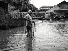 Banjir in Jakarta (Arnaldo Pellini) Tags: street people urban blackandwhite water rain indonesia blackwhite flood streetphotography streetlife jakarta streetphoto kampung banger floods urbanlife jakartafloods
