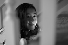 Kina (peter.a.klein (Boulanger-Croissant)) Tags: bw woman white black blanco girl smile stairs asian noir phone noiretblanc negro stylus handrail weiss blanc schwarz bannister baluster