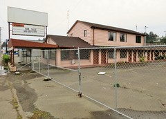 Bayshore Motel (rickele) Tags: closed forsale vacant highway101 outofbusiness coosbay livedin monthlyrates notell weeklyrates usroute101 bayshoremotel