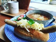 ヨダかではみだしドッグランチ(=゚ω゚)ノ☕️ #cafe #coffee #yodaka #harajuku #omotesando #tokyo #japan #nippon #さいはてにて #ヨダか #永作博美 #珈琲 #コーヒー #二三味 #タルイベーカリー #堀口珈琲 #神宮前 #lunch #ランチ