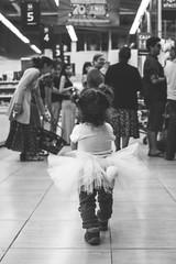 (RazArt.) Tags: chile monochrome childhood shopping infant day child princess walk nin daughter move nios nia princesa infancia niez compras chileno hija perpective maternidad crianza criar monocromatico paternidad gnero