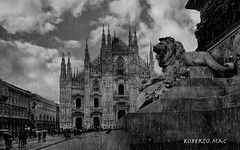 OH! MIA BELA MADUNINA:-)) (Roberto.mac.) Tags: bw arte leone pioggia cultura biancoenero citta ombrelli madunina milamo robertomac