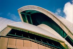 Sydney Opera House Arch 1998 (Mister Electron) Tags: city slr 35mm opera arch sydney culture australia slidefilm 35mmfilm nsw transparency newsouthwales 1998 analogue aussie slides downunder sydneyoperahouse diapositive nikonf70 southernhemisphere konicachrome antipodean plustek konicachromer100 plustek8200ai
