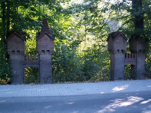Pozostałości po bramie wjazdowej przy drodze w Zagórzu Śląskim