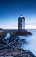 Phare de Kermorvan (Kambr zu) Tags: longexposure sky lighthouse seascape france tourism landscape coast rocks lumire hiver bretagne phare coucherdusoleil finistere leconquet presqule heurebleue merdiroise erwanach kemorvan