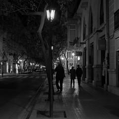 night street, Valencia (Amselchen) Tags: street city shadow people bw valencia mono blackwhite spain fuji streetphotography fujifilm lightshadow fujinon nicht lightandshadow shadowlight shadowandlight xt10 xf27mmf28