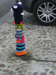 Knitted monsters (Nekoglyph) Tags: road street blue orange car wheel cycling knitting yorkshire monsters colourful knitted carpark cobbles striped thirsk yarnbombing tourdeyorkshire2016