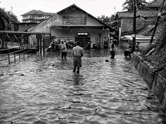 Banjir in Jakarta (Arnaldo Pellini) Tags: street people urban blackandwhite water rain indonesia blackwhite flood streetphotography streetlife jakarta streetphoto kampung banger floods urbanlife jakartafloods