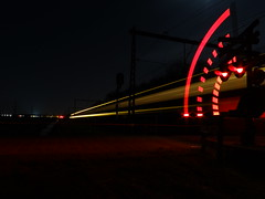 Spoorwegovergang Kinholtsweg te Hoogeveen (Pieter Plas) Tags: railroad night train lights long exposure track crossing nederland trein spoorwegovergang