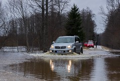 Through the water (BlizzardFoto) Tags: water car nationalpark crossing jeep flood vesi soomaa leujutus rahvuspark letus