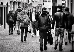 Cool boys (Thomas8047) Tags: street winter people urban bw blancoynegro monochrome shopping photography schweiz switzerland nikon flickr swiss candid zurich streetphotography streetscene menschen zrich altstadt coolboys ch onthestreets zri niederdorf 2016 streetphotographer spazieren blackandwithe passanten drfli schwarzundweiss 175528 streetpix coolejungs d300s streetartstreetlife iamnikon snapseed thomas8047 strassencene zrigrafien