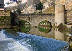 Stadt Luxemburg - Die Alzette (p_jp55 (Jean-Paul)) Tags: bridge reflection river rivire reflet pont luxembourg brcke fluss spiegelung luxemburg alzette saarlorlux stadtluxemburg ltzebuerg cityofluxembourg uelzecht villedeluxembourg stadltzebuerg