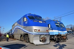 A meet at the Elmhurst crossing (Michael Berry Railfan) Tags: train quebec montreal commutertrain bombardier amt passengertrain emd gmd f59phi agencemtropolitainedetransport westmountsub dualmodeengine alp45dp amt84