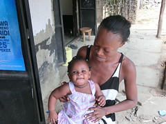 Little princess smiling (jan_pics) Tags: africa people baby mom leute kenya mother kind afrika bebe sonrisa mutter madre mombasa lcheln mtwapa