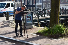 Man At Work - Singel Amsterdam (FaceMePLS) Tags: camera amsterdam tripod nederland thenetherlands streetphotography microfoon makingmovies statief nikesneakers straatfotografie driepoot facemepls cineast mannenaanhetwerk nikond5500 richtmicrofoon