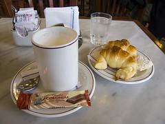 Koffie croissaint (annebethvis) Tags: croissant ontbijt koffie chocolademelk culinair argentinie
