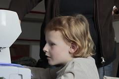 Abby-0336 (leoval283) Tags: portrait les abby grandchildren nora oma sewingmachine portret kleinkinderen meisjes lessons zolder practising naaimachine