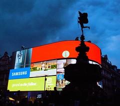 Dopo angoli poco conosciuti, un po' della classica e consumistica #Londra ci vuole. Quando ancora la notte non ha preso il pieno possesso di Piccadilly Circus. (Viaggio Vero) Tags: travel photo flickr viaggio viaggiovero instagram