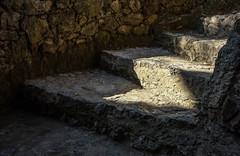 Pick me up (thewhitewolf72) Tags: barcelona licht treppe stein schatten dunkel stufen eckig parkgell antonigaud einladung abholen entgegenkommen