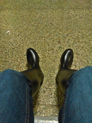 Waiting for the train (northseaboy) Tags: schnee snow rain station train river wasser boots zug rubber jeans riding nora gelb wellingtonboots bahn wellies waders rubberboots gummistiefel wellingtons gummihandschuhe gayrubber reitstiefel watstiefel gummistvlar gummireitstiefel regensachen
