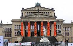 Installation aus Schwimmwesten (Gertrud K.) Tags: berlin refugees events mitte aiweiwei
