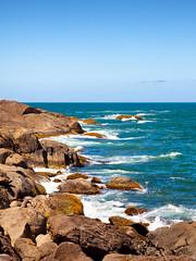 (Bruno Leonardelli) Tags: blue sky costa beach sc azul landscape coast mar rocks paz zen santacatarina bombas oceano bombinhas serenidade imensido scpraiabeachretirodospadres