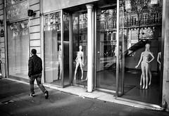 Regarder passer les gens (Jack_from_Paris) Tags: street paris mannequin les naked noiretblanc nu gr monochrom capture ricoh lr halles trottoir apsc nx2 vitine r0001565bw