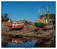 Bootjes opknappen (voorhammr) Tags: john jan maurice boten debby zon vuurtoren henk urk schepen blauwelucht cameranunl