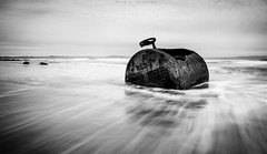 Prisionera en la orilla (sergio estevez) Tags: byn luz marina landscape mar agua playa paisaje caldera espuma granangular largaexposicin tokina1116mmf28 sergioestevez