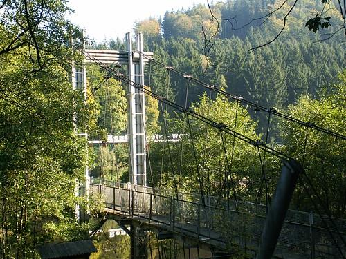 Most wiszący nad zatoką jeziora Bystrzyckiego od strony drogi do Michałkowej