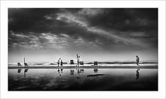 Dia de platja I / Beach's day I (ximo rosell) Tags: light sea sky people blackandwhite bw white blancoynegro luz beach playa bn fujifilm reflejos platja llum x10 cullera reflexes compacta ximorosell