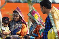 Rajasthan - Family dressed with colorful traditional clothes (NORDIC Lightbeams) Tags: city india stadt indien jaipur rajasthan lakshminarayanvishnutempel