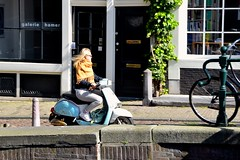 Scooter Girl (FaceMePLS) Tags: sunglasses amsterdam nederland thenetherlands streetphotography jeans youngwoman scoot meisje zonnebril tweewieler visors nikesneakers straatfotografie blondine facemepls omslagdoek jongevrouw snorscooter galeriehamer nikond5500 necolola